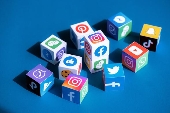 cubes différents réseaux sociaux : Facebook, Twitter, Instagram, TikTok