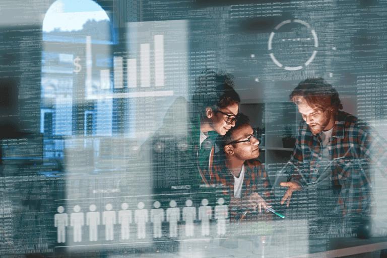 trois personnes parlent devant des écrans de données